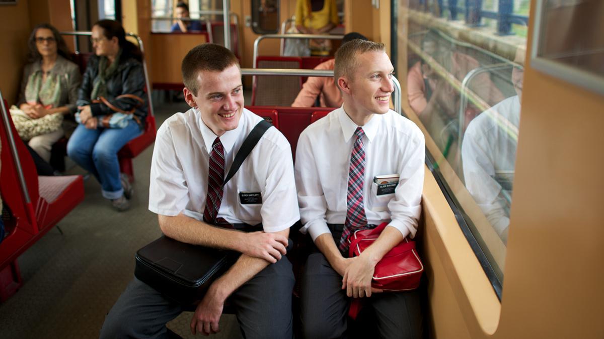 Mormoonse zendelingen dienen anderen en vertellen mensen over het evangelie van Jezus Christus.