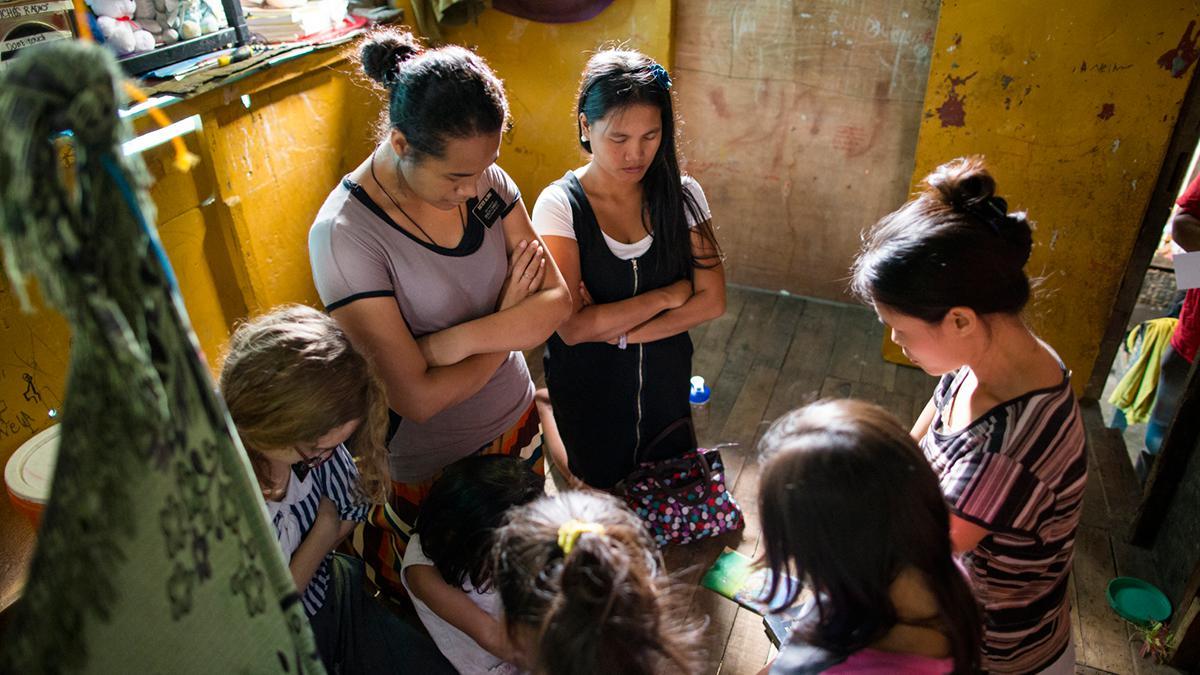 Missionarinnen beten bei ihrer Arbeit.