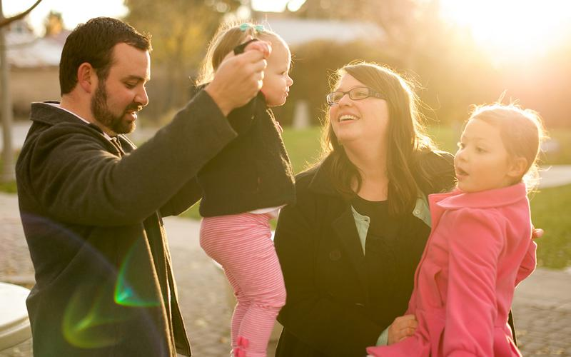 As famílias Mórmon passam tempo juntas durante uma noite familiar por semana.