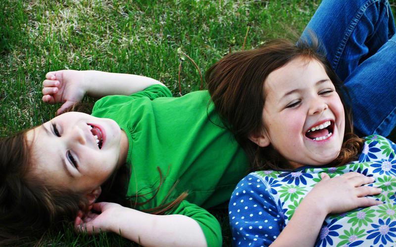 Kinder während des Familienabends