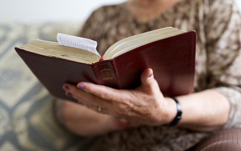 A doutrina Mórmon ensina que podemos sentir a influência do Espírito Santo quando lemos a palavra de Deus.