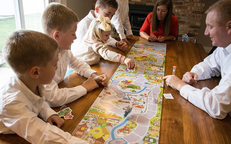 Perhe pelaa peliä kotona