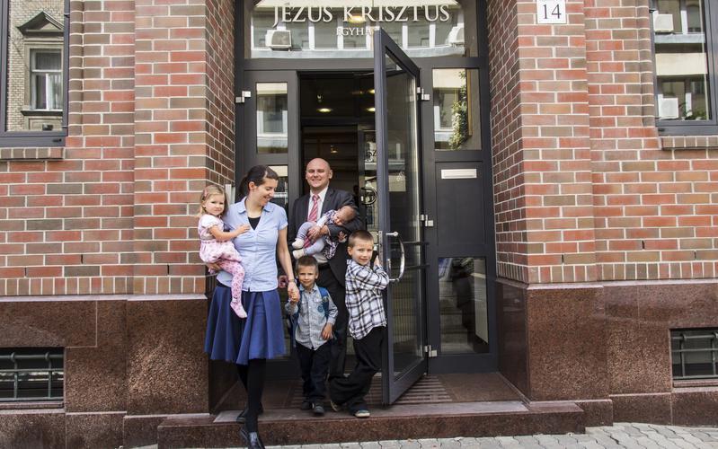 Eine Familie besucht am Sonntag den Gottesdienst