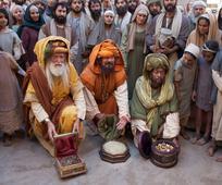 De vise menn bærer frem gaver for Jesus