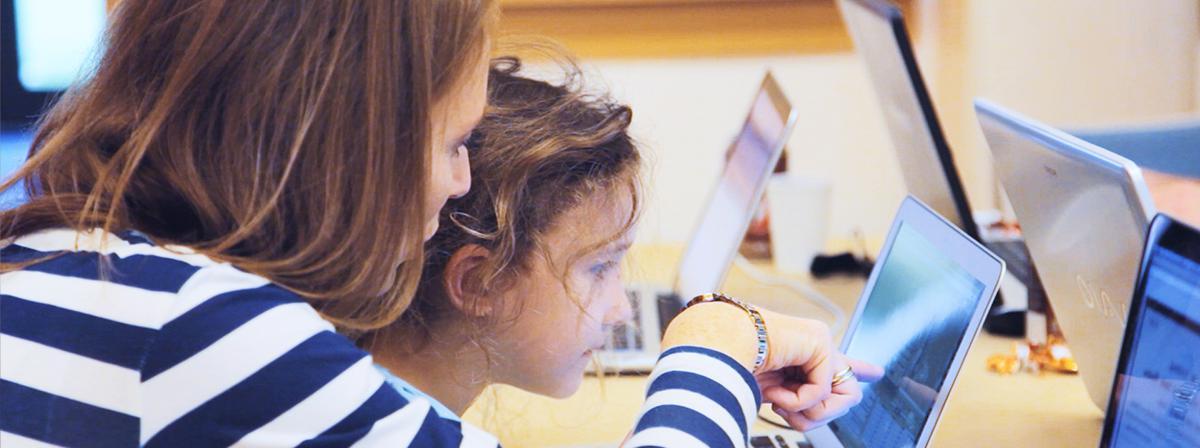 Junge Mitglieder bei der Familienforschung