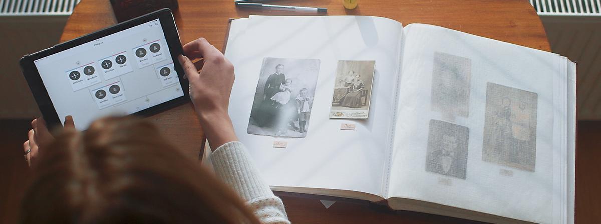 Kvinde med billeder af forfædre