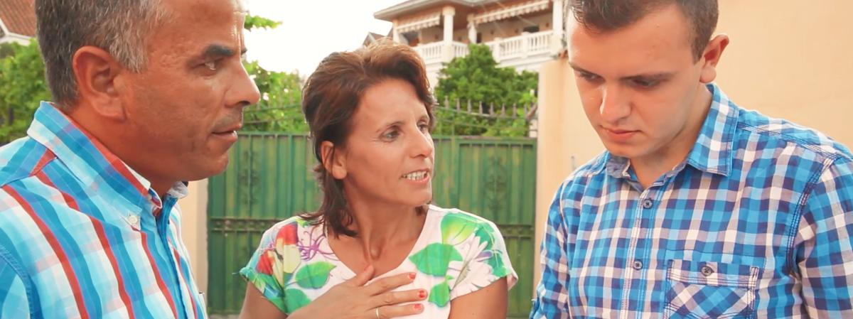 Armando e Suela lavorano insieme per ampliare la propria attività di ricondizionamento delle auto allo scopo di avere una famiglia più solida e più autosufficiente.