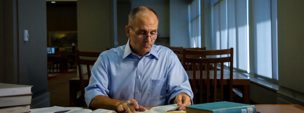 Ein Mann studiert die heiligen Schriften