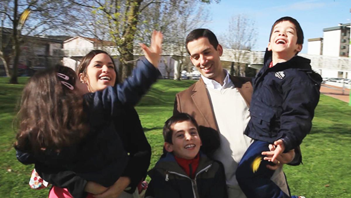 En familie på fem i en park