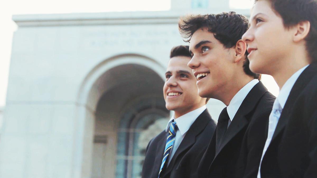 Mladí muži před chrámem