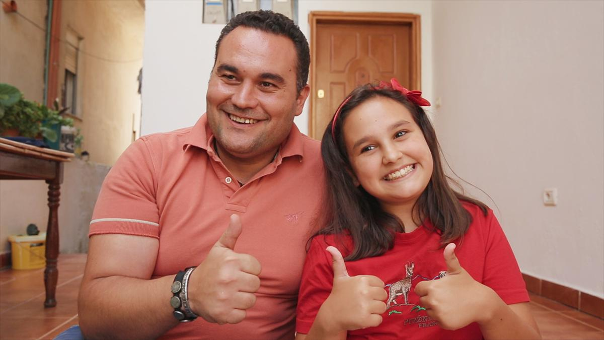 Padre e figlia sorridono insieme felici