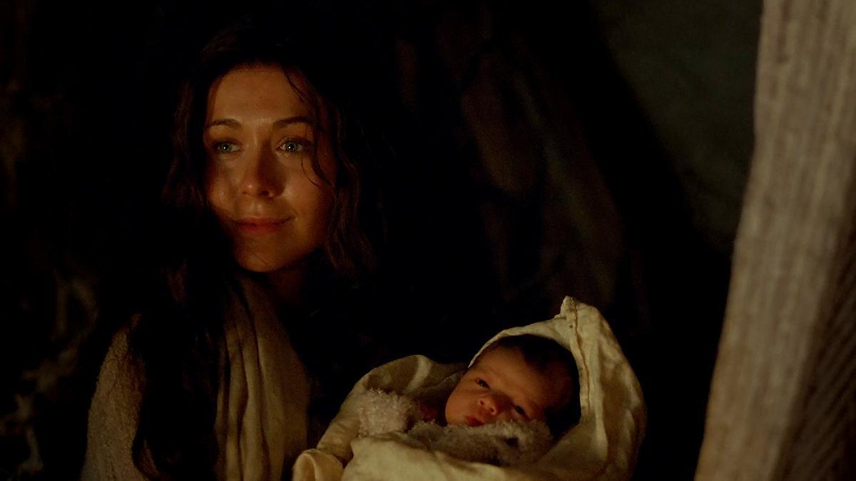 Maria hält den neugeborenen Jesus im Arm
