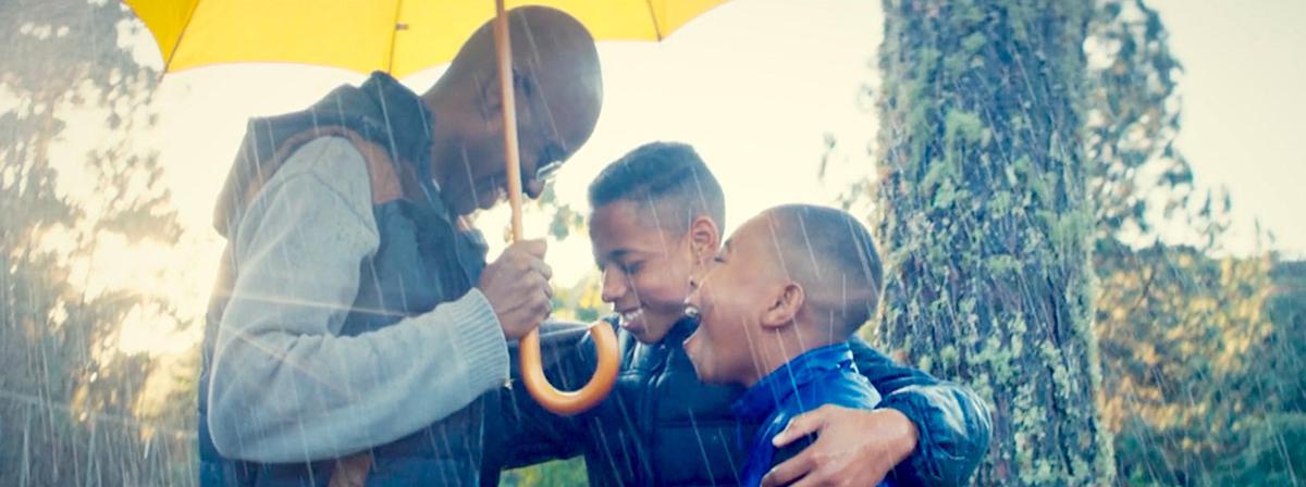 Uma família à chuva