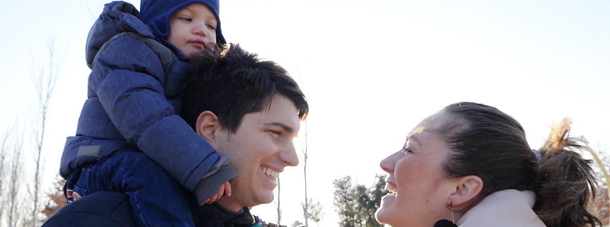 Счастливая семья: улыбки и время, проведенное вместе.