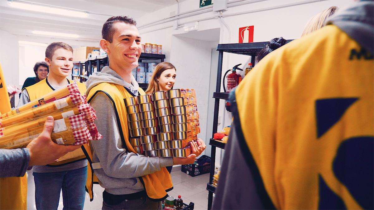 Ein lächelnder junger Mann hilft anderen.