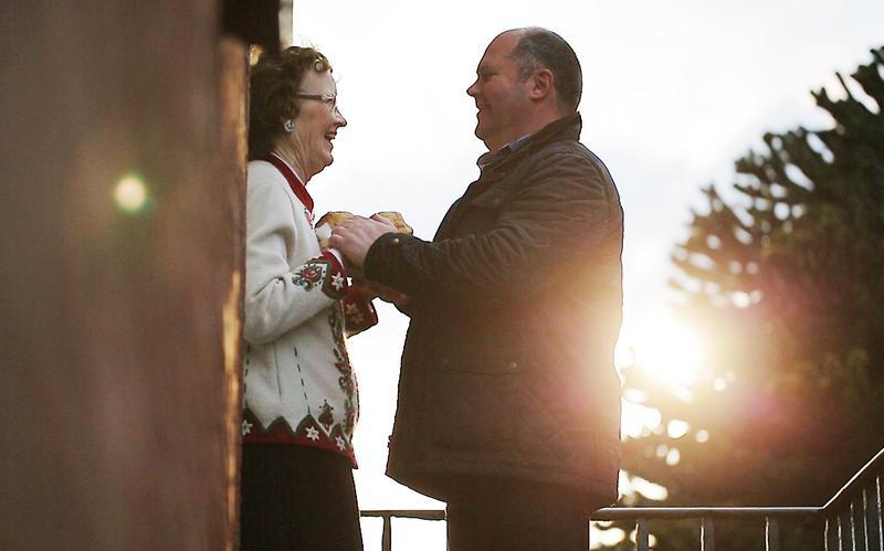 Mies antaa iloisena ruokaa kiitolliselle naiselle.