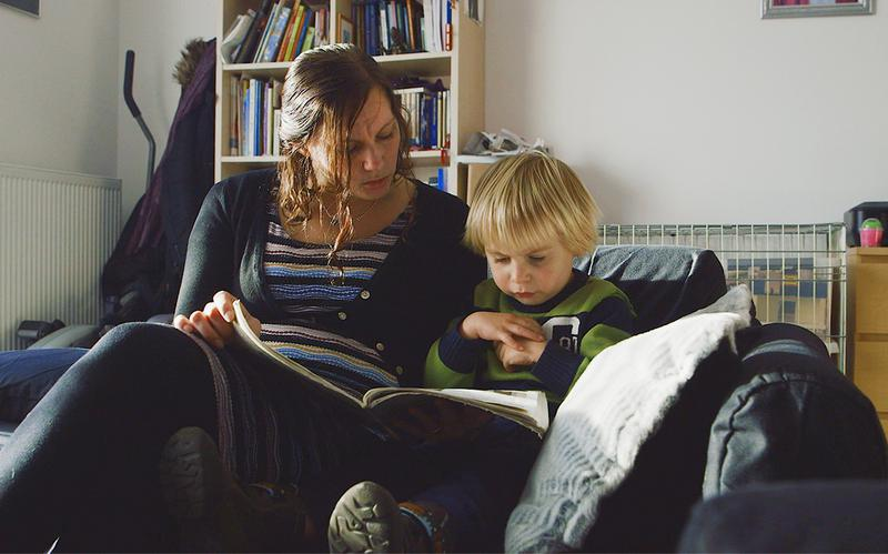 Një nënë e re duke i dhënë mësim djalit të saj.