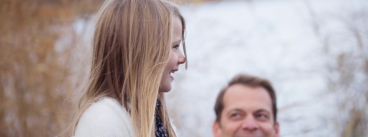 Tată uitându-se cu dragoste la fiica sa mică.