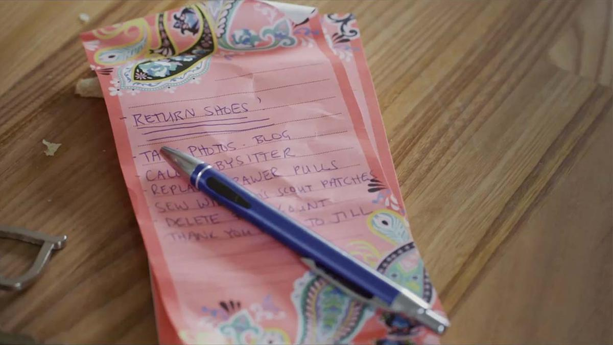 Liste écrite sur une feuille de papier rose.