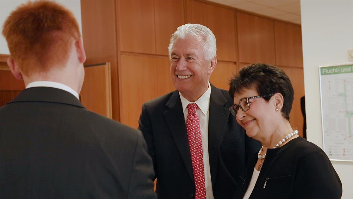 Elder Dieter F. Uchtdorf and his wife greet a missionary in Frankfurt, Germany.Starszy Dieter F. Uchtdorf i jego małżonka witają się z misjonarzem we Frankfurcie.