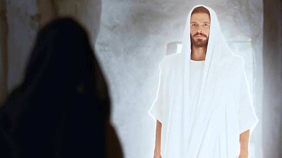 Vzkriesený Ježiš Kristus stojí v hrobke pred Máriou Magdalénou.
