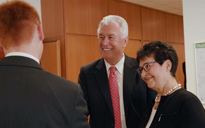 Elder Dieter F. Uchtdorf and his wife greet a missionary in Frankfurt, Germany.Starszy Dieter F. Uchtdorf i jego małżonka witają się z misjonarzem we Frankfurcie.