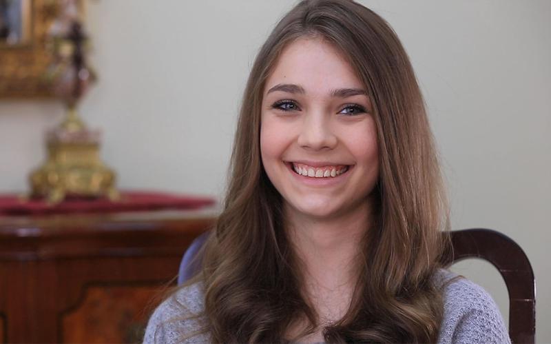 Una giovane donna sorride.