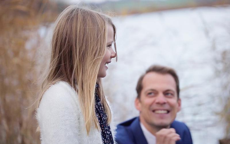 Ένας πατέρας κοιτάζει την νεαρή κόρη του με αγάπη.