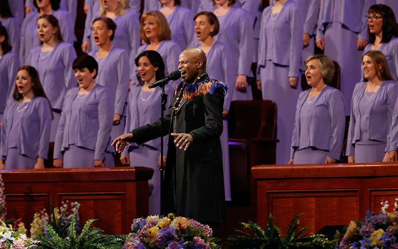Alex Boyé synger foran Mormontabernakelkoret