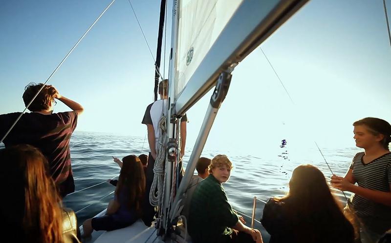 Unge om bord på skib