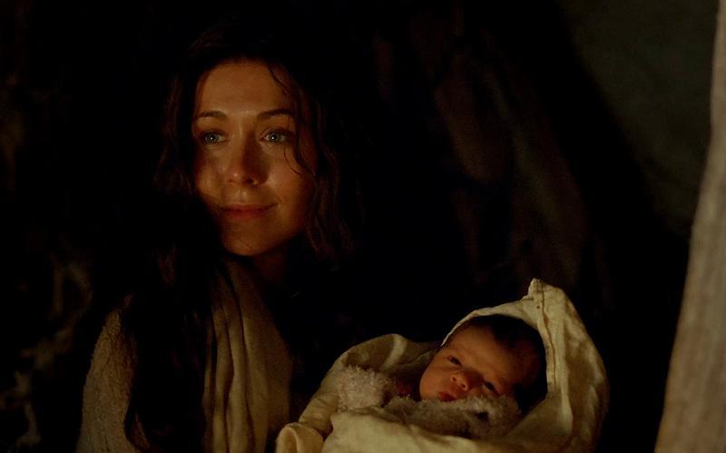 Maria pega ao colo o bebé Jesus.