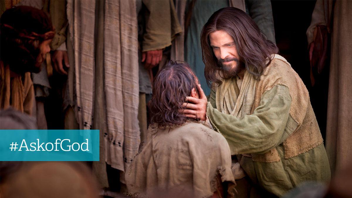 Jesus Kristus smiler til mand i laset tøj