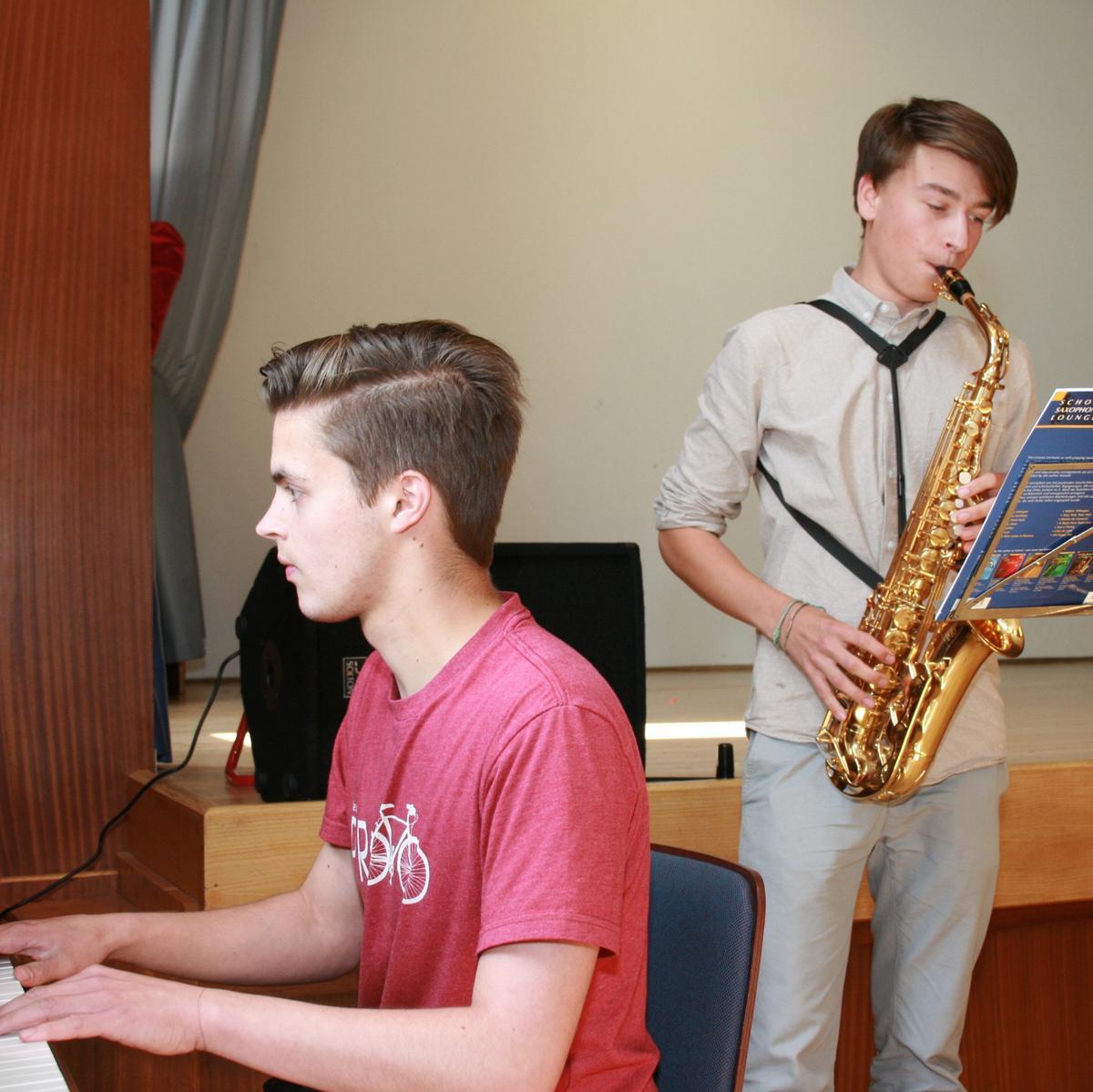 Liam (am Klavier) und Frederick brachten Jazzstimmung