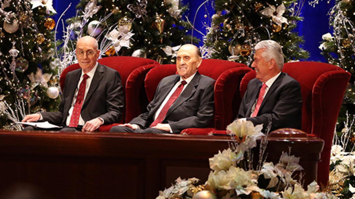 Bei der Weihnachtsandacht der Ersten Präsidentschaft werden Weihnachtslieder gesungen und Ansprachen über die Geburt Jesu Christi gehalten