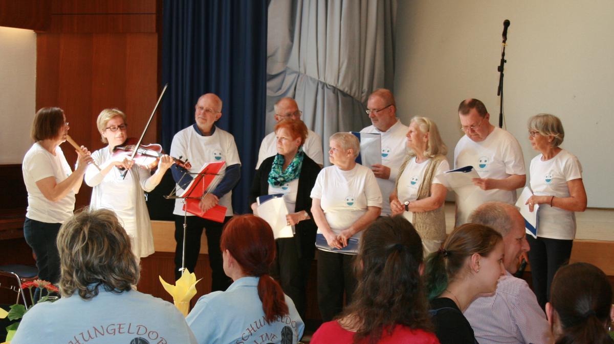 Der von Schwester Christine Plattner und einer Therapeutin geleitete Aphasiechor trifft sich zu wöchentlichen Proben im Gemeindehaus.