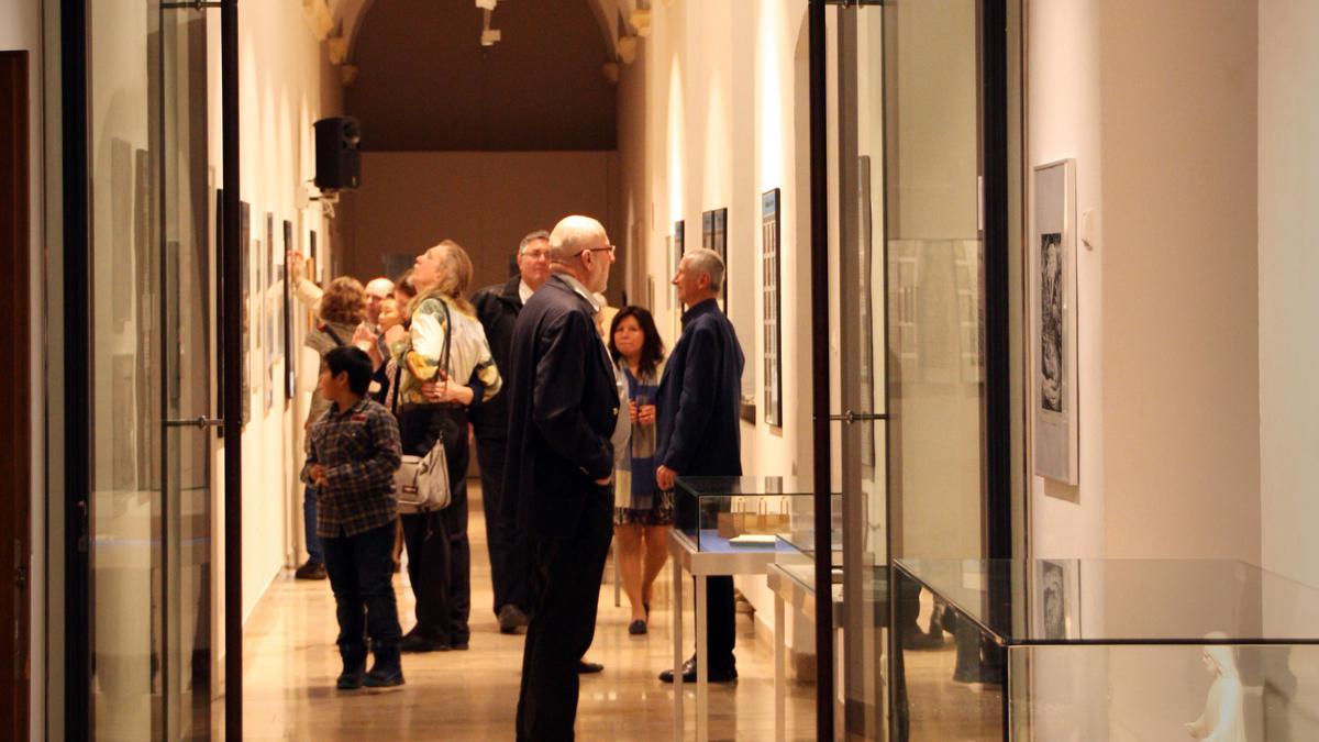 Ausstellungsbesucher am Eröffnungsabend in St. Pölten.