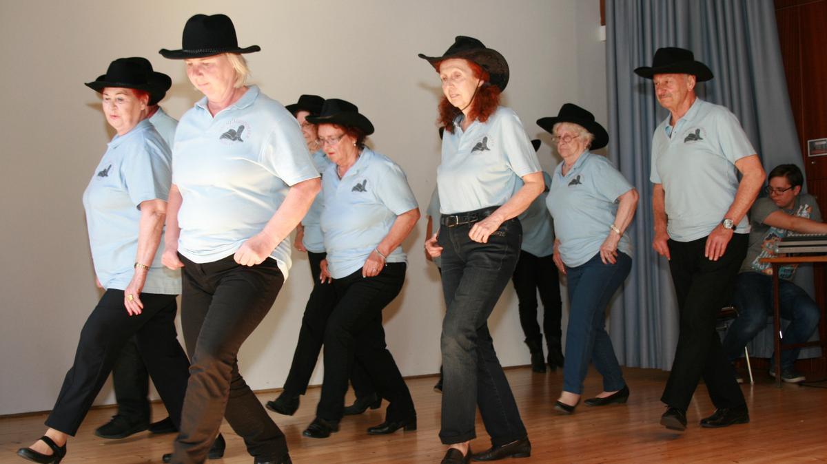 """Die """"Dschungeldorfer Line Dance Crew"""", eine beherzte Gruppe von Tänzerinnen und Tänzern im vorgerückten Alter, schwang zu Countrymusic das Tanzbein."""