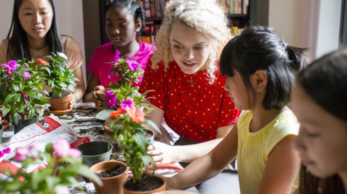 Eine Schwester der Frauenhilfsvereinigung arbeitet an einem Projekt mit, bei dem in New York City Blumen gepflanzt werden.