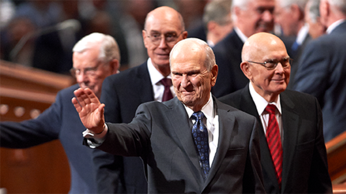 Präsident Russell M. Nelson winkt Menschen zu, als er und andere Mitglieder der Ersten Präsidentschaft und des Kollegiums der Zwölf Apostel nach einer Versammlung der Frühjahrs-Generalkonferenz 2018 den Saal verlassen