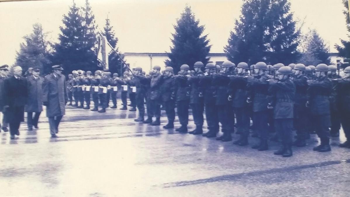 1990 wurde Bruder Sattler ehrenvoll, mit Antreten aller Kammeraden und unter Begleitung von Militär-Musik aus dem Militärdienst entlassen.