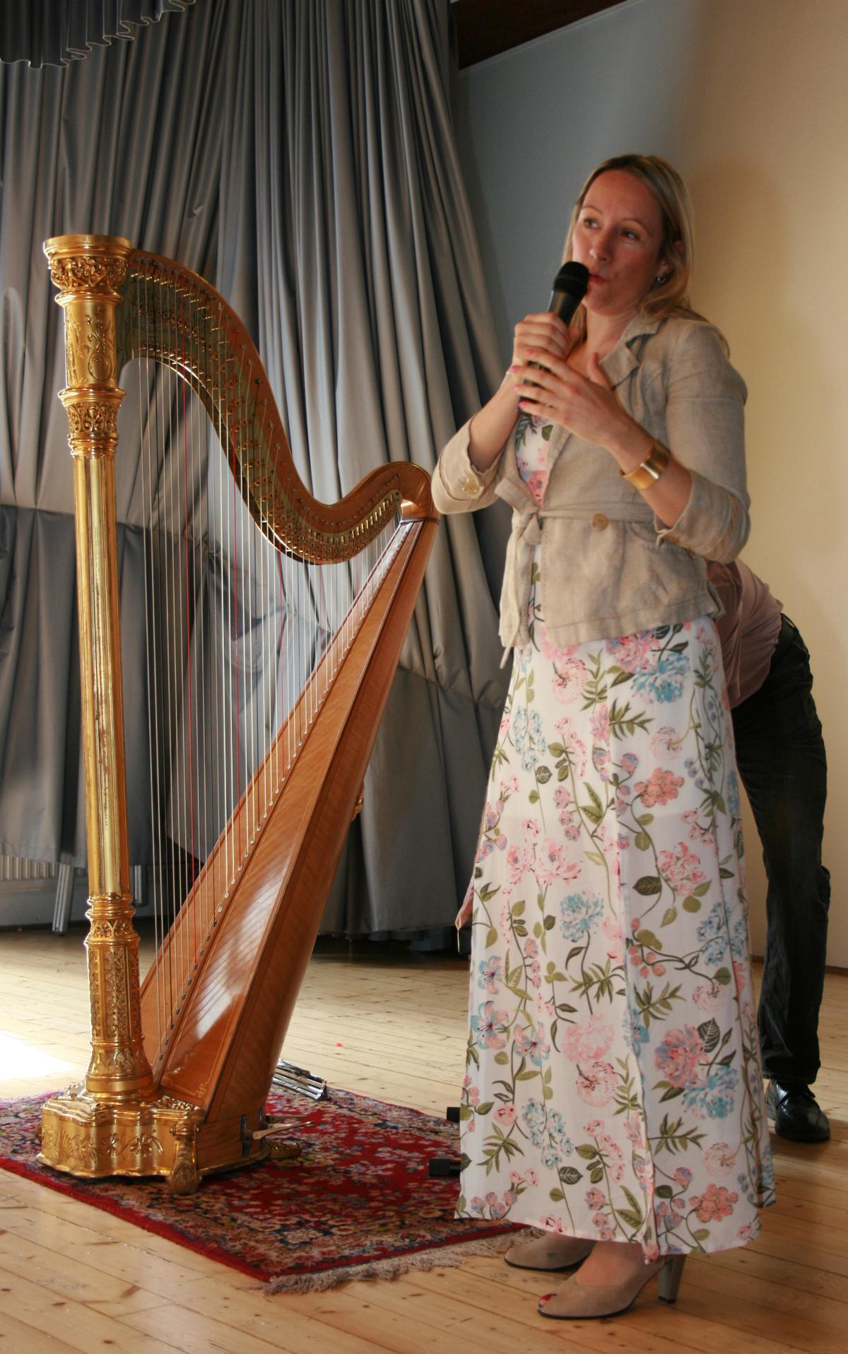 Die Konzertharfinistin Heide Müller brachte ihr Engelsinstrument zu Klingen