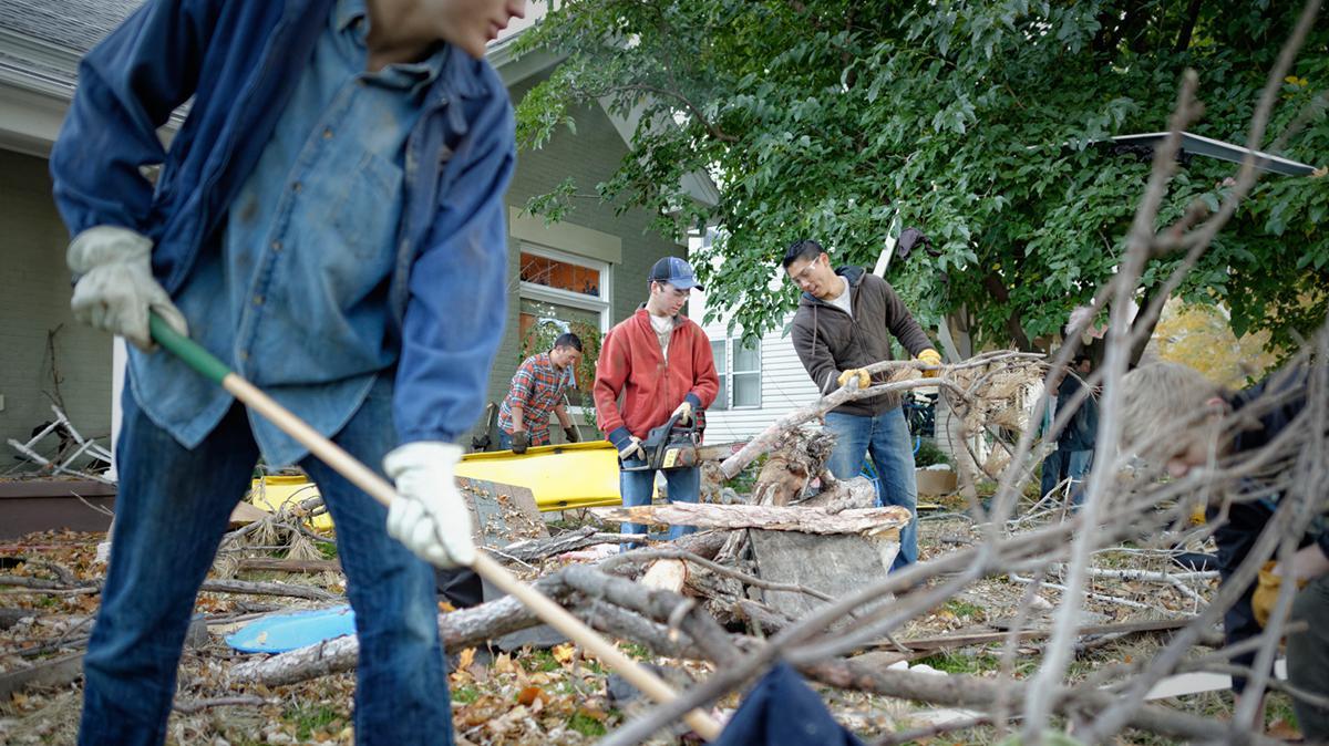 Zu den Humanitären Hilfestellungen der Kirche gehören unter anderem Aufräumarbeiten nach Naturkatastrophen