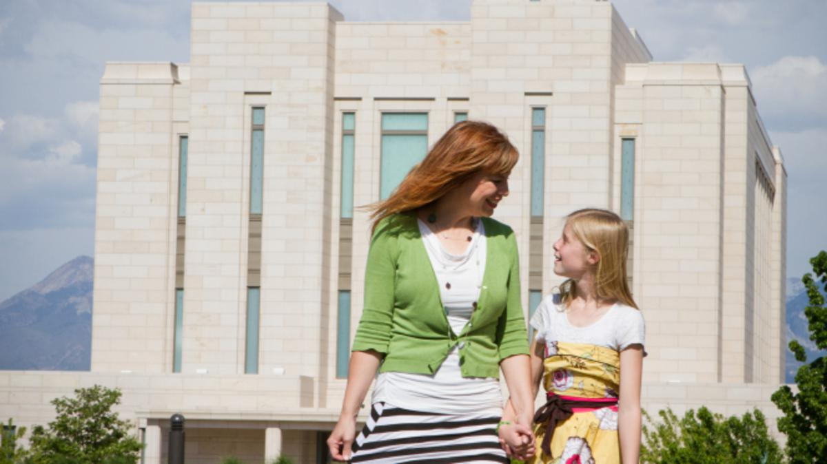 Mutter und Tochter gehen zum Tempel