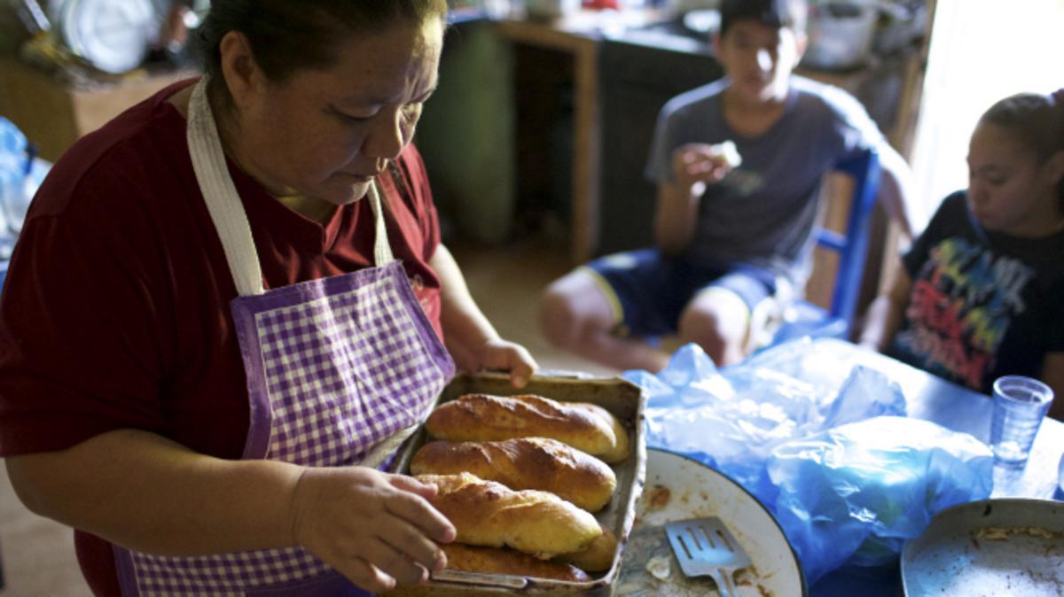 Eine Schwester in Paraguay bäckt Brot