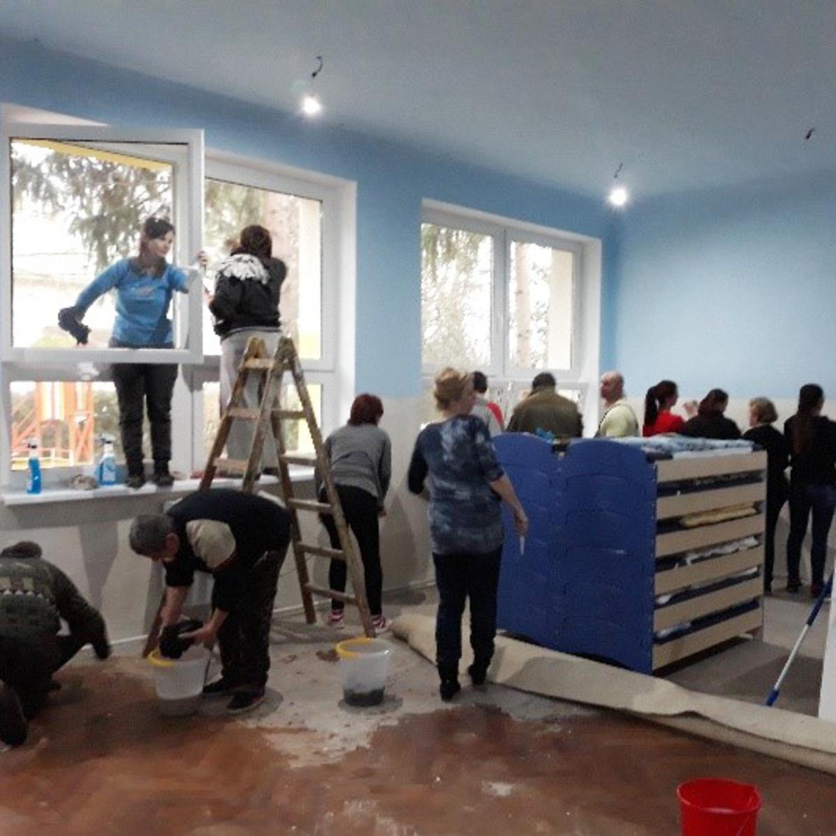 Bei den Renovierungsarbeiten in Jenkovce halfen Eltern, Großeltern und sogar der Bürgermeister mit.