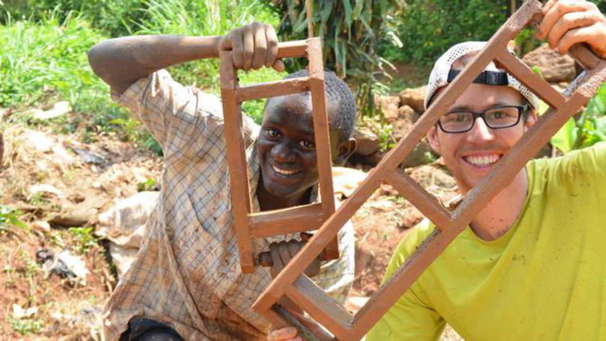 Die Herstellung von Recyklingprodukten sichert das Überleben von Familien in Uganda.