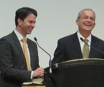 Patrick Kearon und sein Übersetzer Christoph Grünauer während der Sonntagsversammlung der Konferenz.