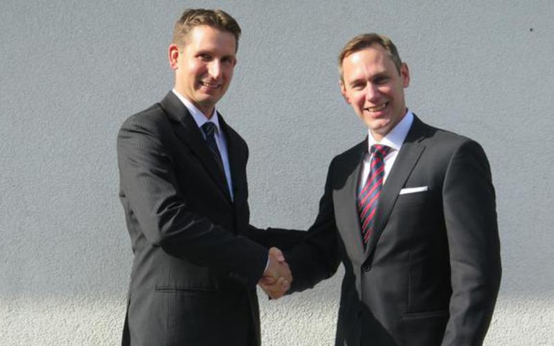 Jared Jankowsky (rechts), neuer Bischof der Gemeinde Wien 5, mit seinem Vorgänger Markus Meryl.