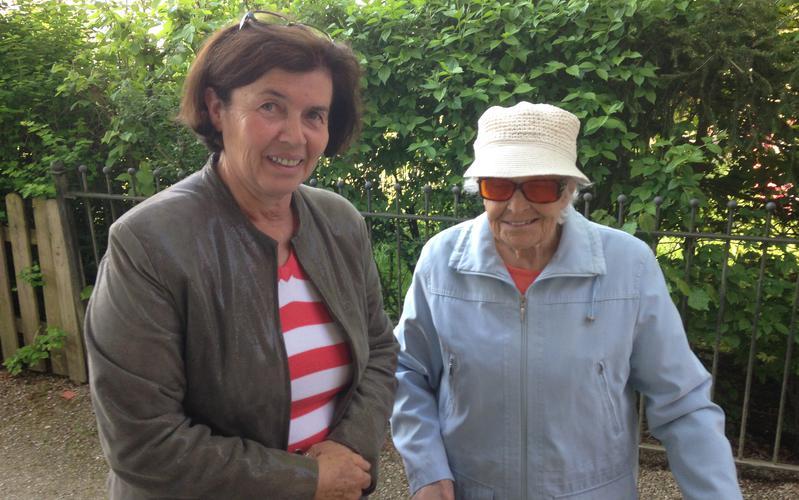 Katharina Schubernigg wird von ihrer Partnerin Christine Thalhammer zum Besuchslehren abgeholt.
