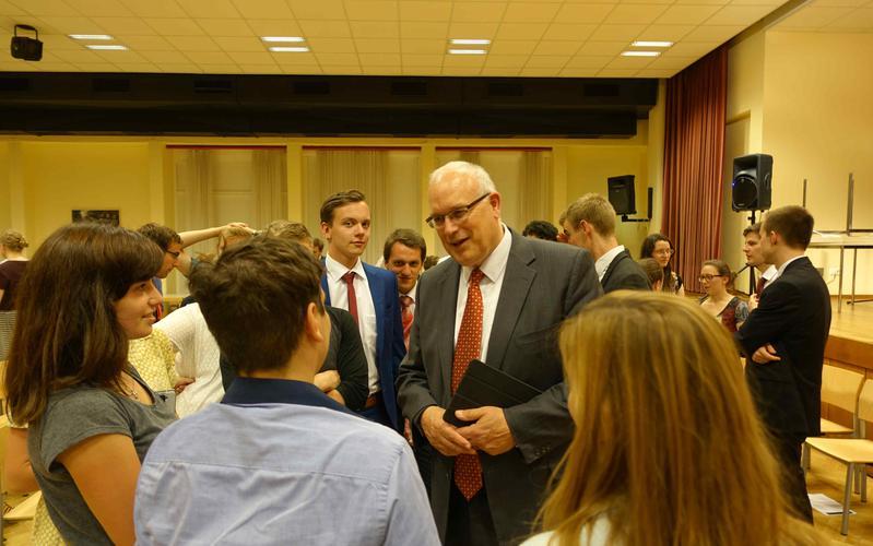 Elder Paul V. Johnson kam zur Sommertagung der Jungen Erwachsenen ins Linzer Gemeindehaus